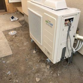 床暖房工事 熱源機の取付と配管の繋ぎ